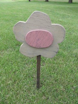 Primitive Tan Daisy with Rose Colored Center Flower Garden Stake